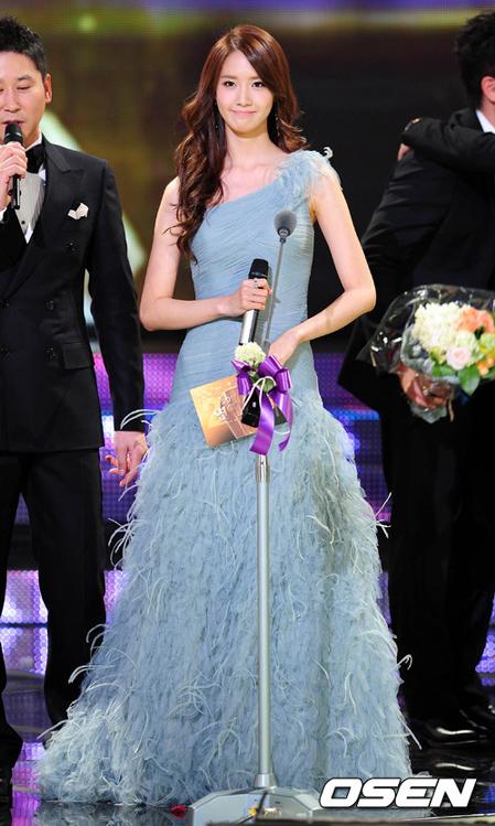 <p> Yoon Ah tỏa sáng trên sân khấu với bộ đầm lệch vai của Pronovias.</p>