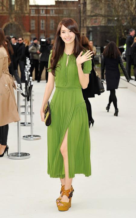 """<p class=""""Normal""""> Yoon Ah ghi điểm tuyệt đối khi diện váy xanh dịu mát, mang tới vẻ dịu dàng, duyên dáng.</p>"""