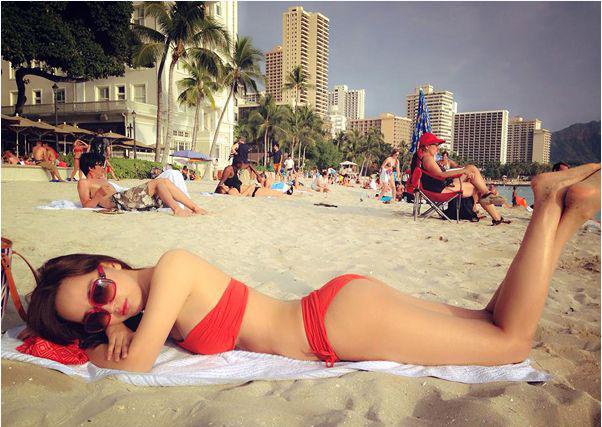 <p> Mai Phương Thúy sexy khi nằm phơi nắng trên bãi biển. Bộ bikini quây ngang ngực rất phù hợp với vòng một đầy đặn của người đẹp.</p>