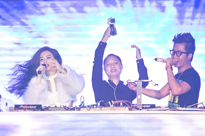 <p> Giọng ca <em>Crazy</em> kết hợp ăn ý với nhạc sĩ Nguyễn Hải Phong ở bàn DJ.</p>