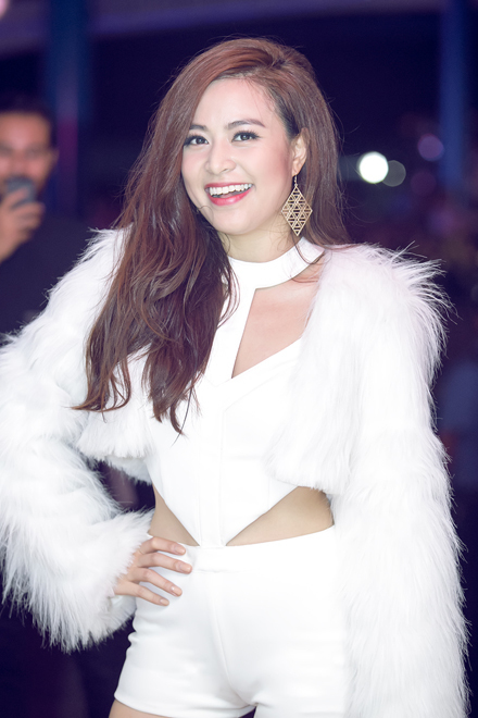 <p> Trong đêm nhạc Glow tại Công viên nước Hồ Tây (Hà Nội) tối 25/10, Hoàng Thuỳ Linh xuất hiện với bộ trang phục cắt khoét gợi cảm.</p>