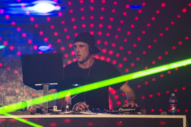<p> DJ người Anh, Scott Kirby, góp phần không nhỏ trong các màn biểu diễn của Shayne Ward.</p>
