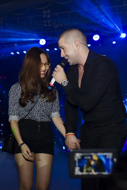 <p> Quán quân X-Factor UK 2005 khiến một fan ngượng nghịu khi mời lên sân khấu và cầm tay cô.</p>