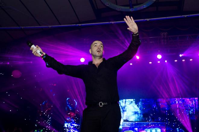 <p> Shayne Ward vừa bước ra sân khấu cũng đã nhận được sự ủng hộ lớn từ người hâm mộ. Ngoài những ca khúc làm nên tên tuổi mình, anh còn biểu diễn một số ca khúc trong album mới.</p>