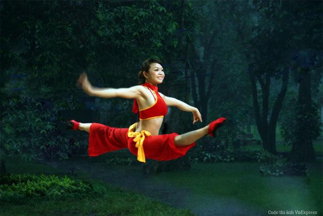 """<p> <strong>""""Hồng hạc tung cánh"""" - Nguyễn Ngọc Hải</strong></p> <p class=""""Normal""""> Hình chụp nữ diễn viên xiếc tổng hợp trong buổi trình diễn tại sân khấu ca nhạc Thảo Cầm Viên, TP HCM, năm 2011.</p> <p class=""""Normal""""> </p>"""
