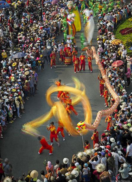 """<p> <strong>""""Lễ hội Nguyên tiêu"""" - Ngô Quang Phúc</strong></p> <p class=""""Normal""""> """"Hàng năm, vào sáng ngày rằm tháng Giêng âm lịch, các đội lân sư rồng của đồng bào người Hoa các nơi (nhiều nhất là cộng đồng người Hoa ở quận 5, TP HCM) tập trung về chùa Bà tại Bình Dương. Điểm nhấn của lễ hội là đón rước kiệu Bà với những màn diễu hành nghệ thuật đường phố và trình diễn múa rồng của võ sinh các đoàn Lân - Sư - Rồng"""", tác giả kể.</p>"""