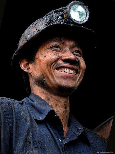 """<p> <strong>""""Thợ hầm lò"""" - Phạm Huy Đằng</strong></p> <p class=""""Normal""""> Bức ảnh chụp công nhân hầm lò vừa lên khỏi hầm sau một ca làm việc vất vả dưới lòng đất tại mỏ than Mông Dương, tỉnh Quảng Ninh năm 2010.</p>"""