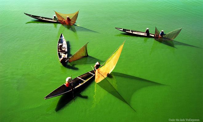 """<p> <strong>""""Đón bắt"""" - Nguyễn Văn Khánh</strong></p> <p class=""""Normal""""> Tác giả bức ảnh cho biết: """"Trong dịp đi công tác mùa Festival Huế 2006, tôi đã bắt gặp cảnh sinh hoạt đánh bắt cá của người dân trên sông Hương, khi đứng trên cầu Vỹ Dạ vào khoảng 8h30 phút sáng"""".</p>"""