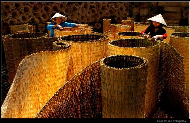 """<p> <strong>""""Nghề truyền thống"""" - Nguyễn Văn Hai</strong></p> <p> Ảnh chụp tại làng nghề làm mê bồ bằng tre trúc ở huyện Thới Bình, tỉnh Cà Mau.</p>"""