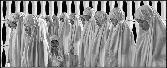 """<p> <strong>""""Nguyện cầu"""" - Tô Công Vinh</strong></p> <p class=""""Normal""""> Ảnh chụp trong lễ hội Hồi giáo Raya Haji của bà con thôn Văn Lâm, huyện Ninh Phước, tỉnh Ninh Thuận.</p>"""