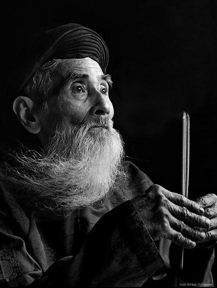 """<p> <strong>""""Nguyện cầu"""" - Phạm Nhựt Thưởng</strong></p> <p class=""""Normal""""> """"Tác phẩm là hình ảnh ông cụ với bộ áo dài khăn đóng truyền thống của dân tộc Việt Nam, đang cầu nguyện trước bàn thờ tổ tiên trong những ngày đầu xuân. Phần hồn của bức ảnh này là hình ảnh đôi mắt sâu thẳm của ông cụ ở tuổi xế chiều. Ẩn sâu trong đôi mắt ấy là những mong ước giản đơn, mong được bình an, hạnh phúc cho gia đình, con cháu - một điều ước tưởng chừng như nhỏ bé nhưng lại toát lên vẻ đẹp tâm hồn nhân hậu của ông. Hình ảnh ấy còn thể hiện một phần truyền thống bản sắc văn hóa tốt đẹp của dân tộc Việt Nam"""", tác giả chia sẻ.</p> <p class=""""Normal""""> </p> <p class=""""Normal""""> <span>Cuộc thi Ảnh Nghệ thuật VnExpress 2014, do báo</span><em>VnExpress</em><span>phối hợp với Bộ Văn hóa Thể thao Du lịch tổ chức, nhận tác phẩm dự thi từ 28/8 đến 27/10. Sau tám tuần, cuộc thi thu hút gần 39.000 tác phẩm từ hơn 10.000 tác giả tham dự. Trong đó, hơn 1.100 bức ảnh vượt qua vòng sơ loại, được đăng tải trên website</span><a href=""""http://photo.vnexpress.net/"""">http://photo.vnexpress.net/</a><span>. Sau khi công bố danh sách tác phẩm vòng chung kết. Ban tổ chức sẽ tiếp tục làm việc để chọn ra 2 giải nhất, 2 giải nhì, 2 giải ba và 8 giải khuyến khích (chia đều cho hai thể loại) với tổng giá trị giải thưởng lên đến 500 triệu đồng. Lễ trao giải sẽ diễn ra vào 14h ngày 26/11 tại Trung tâm Hội nghị White Palace ở TP HCM.</span></p> <p class=""""Normal""""> Cuộc thi có sự tài trợ của Công ty du lịch TransViet Travel, Công ty Schmidt Marketing, Hệ thống đặt phòng trực tuyến iVIVU.com.</p>"""