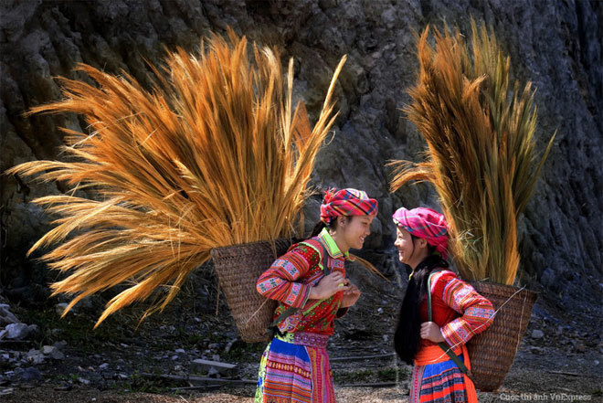 """<p> <strong>""""Hoa rừng"""" - Trần Văn Túy</strong></p> <p class=""""Normal""""> Hình ảnh được chụp tại một huyện của tỉnh Đắk Nông. """"Những cô gái dân tộc Mông đang trò chuyện sau buổi lao động, nụ cười hồn nhiên vẫn nở trên đôi môi như những cánh hoa rừng trong nắng sớm. Tôi đã ghi lại được khoảnh khắc đầy yêu thương ấy của cuộc sống"""", tác giả chia sẻ.</p>"""