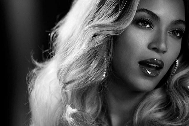 """<p> <strong>4. Beyonce.</strong> Sau ba năm kể từ album """"4"""", diva da màu trở lại với album thứ năm mang chính tên mình. """"Beyonce"""" leo lên vị trí quán quân bảng xếp hạng Billboard ngay từ tuần đầu tiên xuất hiện trên các kệ đĩa. Đến nay, album đã bán được hơn 5 triệu đĩa và đem tới cho Beyonce 6 đề cử Grammy 2015.</p>"""