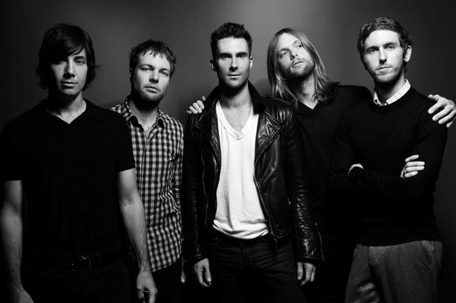"""<p> <strong>10. Maroon 5.</strong> Trong năm qua, Adam Levine không chỉ được nhắc tới nhiều bởi đám cưới với """"thiên thần Victoria's Secret"""" Behati Prinsloo mà còn vì album """"V"""" rất thành công với nhóm nhạc của anh. Hai đĩa đơn """"Maps"""" và """"Animals"""" đều trở thành những bản hit được yêu thích năm 2014 và khẳng định vị thế nhóm nhạc hot nhất thế giới hiện nay của Maroon 5.</p>"""