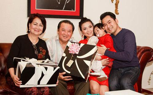 Diễn viên Hồng Loan (thứ hai từ phải qua) bên bố mẹ