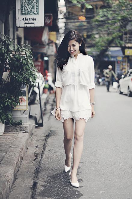 """<p> Trắng là màu trung tính nên có thể mặc trong nhiều dịp khác nhau và phù hợp với mọi thời tiết. Bộ váy ren cùng sơ mi và giày trắng giúp Huyền My trở nên nổi bật trên đường phố (<a href=""""https://video.vnexpress.net/giai-tri/meo-phoi-do-trang-den-cua-huyen-my-3201675.html"""" target=""""_blank"""">xem video</a>).</p>"""