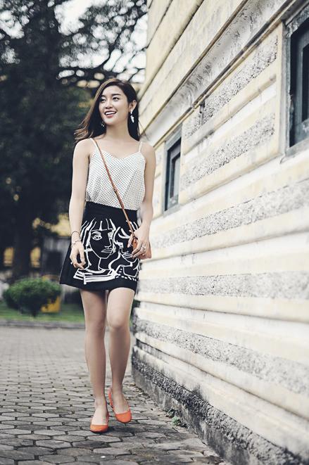 <p> Những người theo đuổi phong cách nữ tính có thể tham khảo cách phối giữa chân váy in họa tiết cùng áo hai dây chấm bi và giày búp bê của Huyền My.</p>