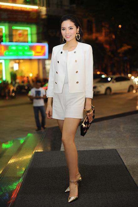 """<p> Tối 5/6, Kỳ Duyên làm khách mời cho một sự kiện tại Hà Nội. Cô diện """"cây trắng"""" phối cùng túi xách, vòng tay và giày ánh kim cá tính.</p>"""