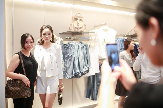 <p> Hoa hậu Việt Nam 2014 chụp hình kỷ niệm cùng người hâm mộ.</p>