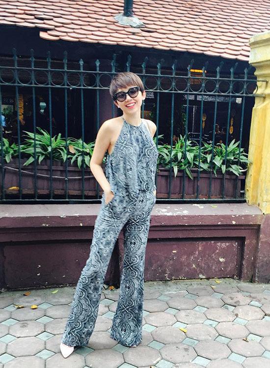 """<p class=""""Normal""""> Chạy theo phong cách này còn có Tóc Tiên trong bộ đồ gồm áo yếm và quần ống loe theo xu hướng họa tiết toàn thân.</p>"""