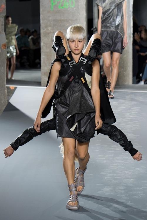 """<p class=""""Normal""""> Paris được ví là mảnh đất của sự điên rồ, nổi loạn trong thời trang, là nơi tôn vinh nghệ thuật và sự sáng tạo không giới hạn. Show diễn của Rick Owens là một điển hình cho điều này.</p>"""