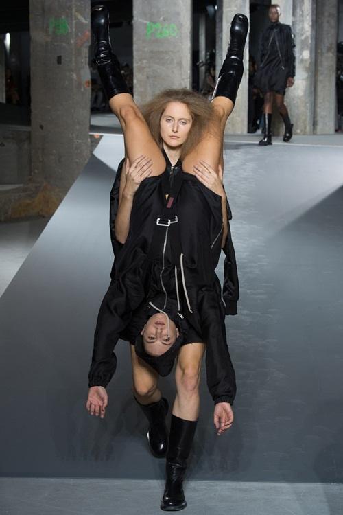 """<p class=""""Normal""""> Ra mắt hôm 1/10 tại Paris, bộ sưu tập Xuân Hè 2016 của Rick Owens gây sốc với khán giả khi các người mẫu vừa catwalk vừa phải cõng, khuân vác nhau, tạo thành những hình thù kỳ quái.</p>"""