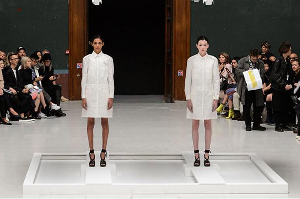 """<p class=""""Normal""""> Thương hiệu Chalayan ra mắt bộ sưu tập Xuân Hè 2016 tại kinh đô ánh sáng bằng màn trình diễn độc đáo. Mở màn, một cặp mẫu đóng vai trò như ma nơ canh đứng sẵn trên sân khấu, trưng bày hai thiết kế đơn giản màu trắng. Các người mẫu lần lượt catwalk xung quanh.</p>"""