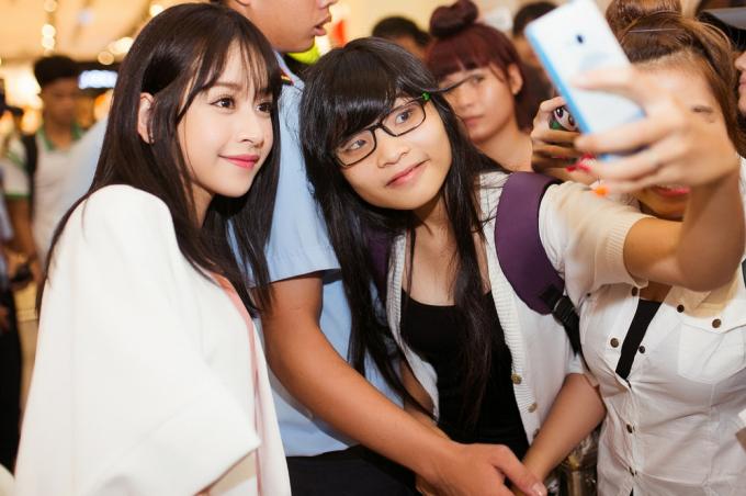 <p> Dù bảo vệ thắt chặt an ninh, Chi Pu vẫn tranh thủ tiếp cận người hâm mộ để giao lưu và chụp ảnh cùng.</p>