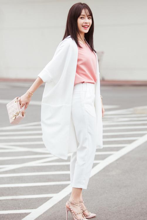 """<p class=""""Normal""""> Điểm nhấn là túi Dior mini giá 58 triệu đồng và đôi <a href=""""https://vnexpress.net/giai-tri/photo/lang-mot/nhung-mau-giay-duoc-chuong-nhat-nam-2014-3126230.html"""">RockStud</a> của Valentino. Đây là mẫu giày cao gót được ưa <a href=""""https://vnexpress.net/giai-tri/photo/lang-mot/nhung-mau-giay-duoc-chuong-nhat-nam-2014-3126230.html"""">chuộng nhất</a> trong năm 2014 và tiếp tục được hãng lăng xê <a href=""""https://vnexpress.net/giai-tri/photo/bo-suu-tap/hoa-co-no-ro-trong-do-thu-cua-valentino-3268634.html"""">mùa thu</a> năm nay có giá 13 triệu đồng. Cách thiết kế đan dây, bít mũi của mẫu giày giúp tôn chân, che khuyết điểm hiệu quả.<span>Ngoài ra, dây chuyền cổ điển của nữ diễn viên thuộc thương hiệu Chanel với giá hơn 20 triệu đồng.</span></p>"""