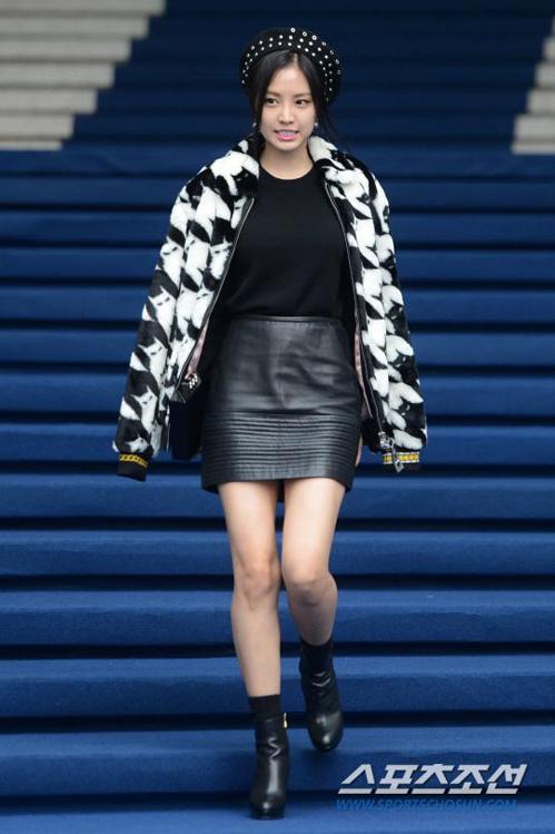 <p> Trong show diễn khác, Na Eun kết hợp chân váy ngắn cùng áo khoác họa tiết mèo.</p>