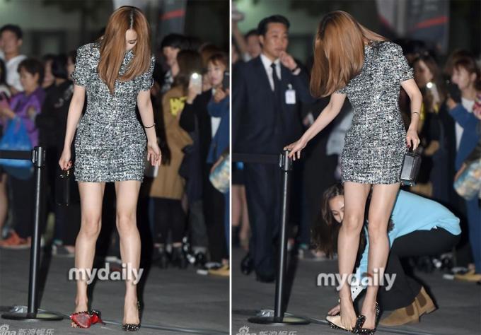 <p> Với váy ngắn, ca sĩ Na Eun không tiện cúi người xỏ giày khi bị tuột.</p>
