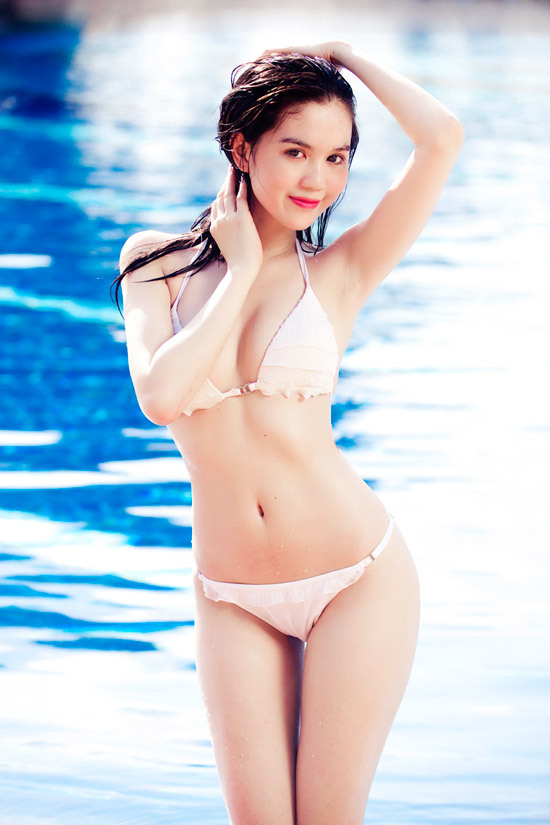"""<p class=""""Normal""""> Năm 2011, Ngọc Trinh có bước """"lột xác"""" ngoạn mục khi tung bộ ảnh bikini chụp tại bể bơi, khoe số đo ba vòng nóng bỏng cùng làn da trắng mịn. Tên tuổi của cô bắt đầu được nhắc đến nhiều từ đây.</p>"""