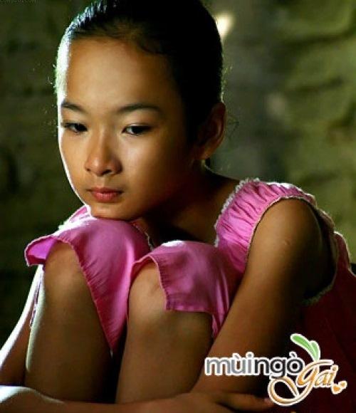 """<p class=""""Normal""""> Angela Phương Trinh tên thật là Lê Ngọc Phương Trinh. Khi còn đang học tiểu học năm 2005, Phương Trinh sớm ghi dấu ấn bằng vai diễn đầu đời trong phim <em>Mùi ngò gai</em>. Các vai diễn của cô liên tiếp sau đó trong <em>Kính vạn hoa, Người mẹ nhí</em>để lại ấn tượng tốt đẹp trong lòng khán giả.</p>"""