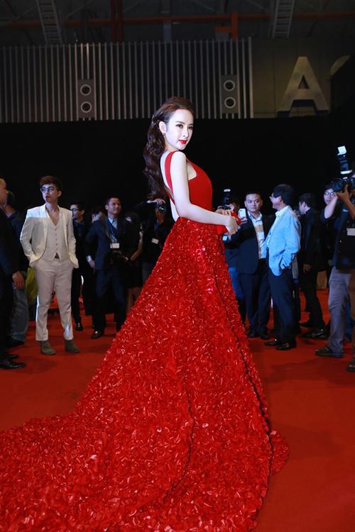 """<p class=""""Normal""""> Năm 2014, nữ diễn viên lấy lại phong độ. Người đẹp thường xuyên xuất hiện với váy áo nổi bật, đầu tư kỹ lưỡng về thời trang. So với những mỹ nhân trong làng giải trí Việt, Angela Phương Trinh được đánh giá cao về gu mặc.</p>"""