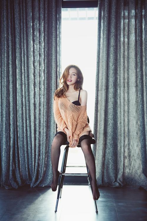 <p> Người đẹp diện áo len lưới khoe nội y.</p>