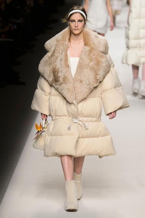 """<p class=""""Normal""""> Trên sàn diễn Thu Đông 2015, áo khoác quá khổ là từ khóa thời trang gây chú ý. Tuy nhiên, với độ cồng kềnh quá đà, những chiếc áo oversized của một số nhà mốt, điển hình là Fendi, bị chê kém tinh tế, thiếu tính ứng dụng.</p>"""