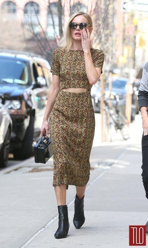 """<p class=""""Normal""""> Kate Bosworth sử dụng màu đen đồng điệu từ túi xách đến bốt cổ ngắn với váy liền thân họa tiết hoa.</p>"""