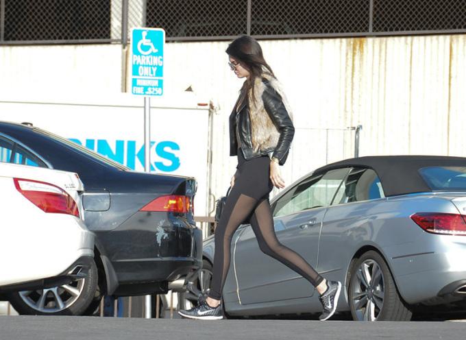 """<p class=""""Normal""""> Các biểu tượng thời trang trẻ của thế giới là những nhân vật tiên phong ứng dụng mốt quần gợi cảm này, điển hình là siêu mẫu Kendall Jenner.<span>Chiếc quần của chân dài có mặt trước trông như những chiếc quần bình thường khác, nhưng khi nhìn nghiêng mới thấy được lớp vải sheer xuyên thấu đắp ở mặt sau.</span></p>"""