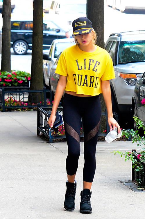 """<p class=""""Normal""""> <span>Hailey Baldwin khoe phong cách đường phố với legging có hai đường cut-out đắp vải lưới bắt mắt.</span></p>"""