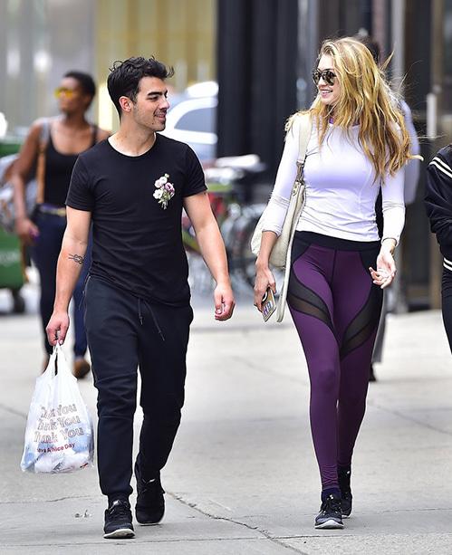 """<p class=""""Normal""""> Siêu mẫu 9X Gigi Hadid đi dạo trên phố với người tình Joe Jonas cùng mẫu quần legging tím với đường cắt xẻ gợi cảm hơn, kết hợp ăn ý với áo thun phong cách thể thao trẻ trung. </p>"""