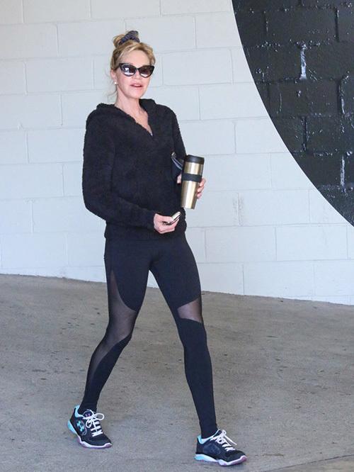 """<p class=""""Normal""""> Nữ diễn viên Melanie Griffith dù có tuổi cũng không ngần ngại chọn chiếc legging với những đường cut-out mạnh tay khi ra phố giữa trời đông.</p>"""