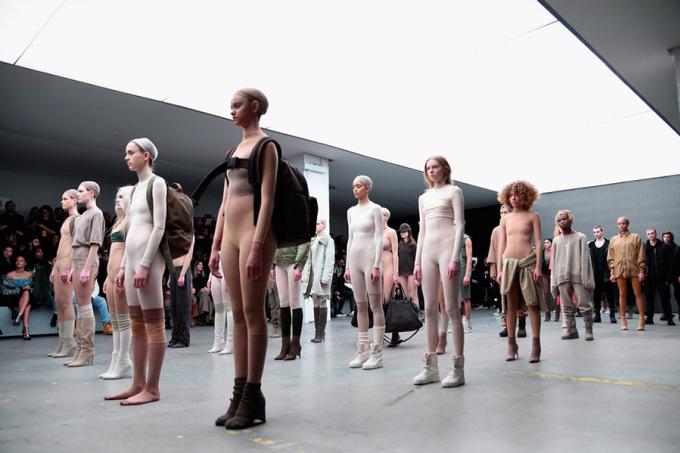 """<p class=""""Normal""""> Trong những năm gần đây, trang phục xuyên thấu là một trong những xu hướng thời trang thịnh hành nhất trên các thảm đỏ sự kiện. Bước sang những ngày đầu tiên của năm 2016, xu hướng này tiếp tục phát triển mạnh mẽ hơn theo hướng gần gũi với đời sống thường ngày, với sự đổ bộ của legging xuyên thấu. Năm ngoái,<span>Kanye West đã lăng xê mốt này ở Tuần thời trang New York trong bộ sưu tập được đánh giá là <a href=""""https://vnexpress.net/giai-tri/photo/bo-suu-tap/kanye-west-ra-mat-bo-suu-tap-thoi-trang-lap-di-3160462.html"""">lập dị</a>.</span></p>"""
