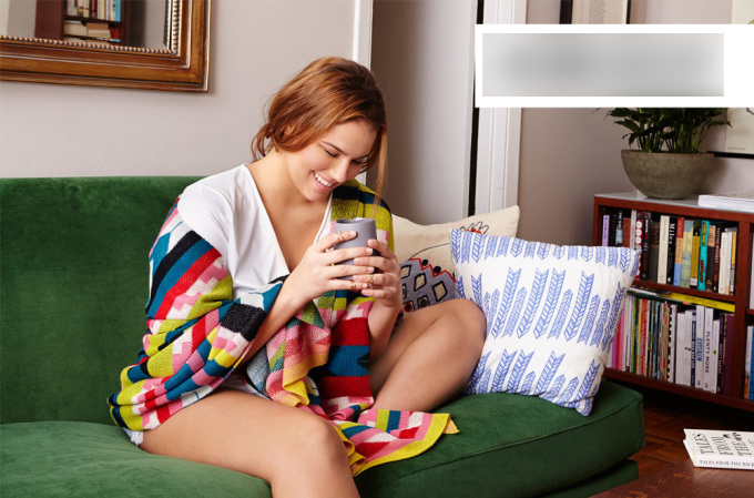 """<p class=""""Normal""""> Những chiếc khăn choàng lớn in họa tiết có thể tận dụng làm chăn ấm áp và tiện lợi khi nằm nhà.</p>"""