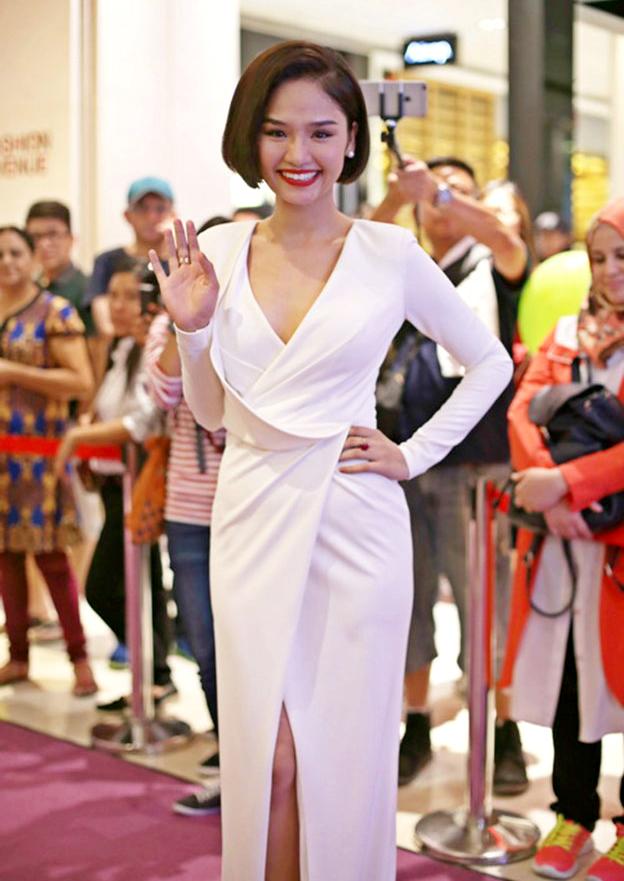 <p> Ở một sự kiện nước ngoài, cô ghi điểm bởi bộ váy dạ hội màu trắng xẻ tà thướt tha.</p>