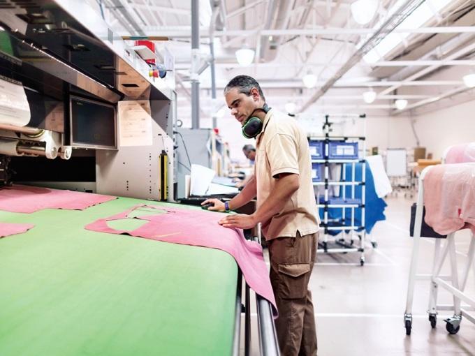 """<p class=""""Normal""""> <span>Kể từ thập niên 1980, n</span>hà mốt 170 năm tuổi đã không trình làng chiếc túi thời thượng nào có hình dáng khác lạ. Đó là lý do Anderson rất hào hứng với ý tưởng mới với <span>Puzzle.</span><span>Ông cùng cộng sự trực tiếp đến xưởng sản xuất của Loewe ở Madrid để cắt ra từng mảnh da đã được phác thảo. Gam màu hồng được lựa chọn vì nó trẻ trung và khá nổi bật.</span></p>"""