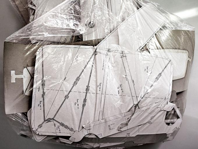 """<p class=""""Normal""""> Loewe hướng đến dòng sản phẩm ứng dụng (Ready to wear). Vì vậy, mọi ý tưởng mới thực hiện tại công xưởng phải khả thi và có thể sản xuất rộng rãi. Trong ảnh là bản thiết kế chính của chiếc túi.</p>"""
