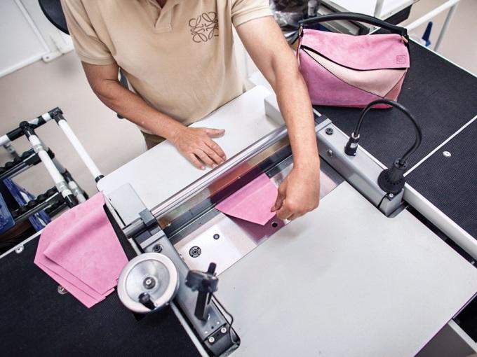 """<p class=""""Normal""""> Mỗi chiếc túi Puzzle được ghép từ 40 mảnh da rời, cắt theo mẫu và cán phẳng bằng máy. Vì vậy, nó đem đến sự mềm dẻo và không nứt da khi bị gấp khúc.</p>"""