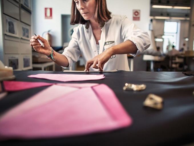 """<p class=""""Normal""""> Khi mọi mảnh da được chuẩn bị xong xuôi, mỗi người thợ thủ công sẽ đảm nhận và hoàn thành việc may một chiếc túi hoàn chỉnh từ đầu đến cuối. Mỗi thành phẩm đều mang dấu ấn cá nhân và sự lành nghề của một nghệ nhân. </p>"""
