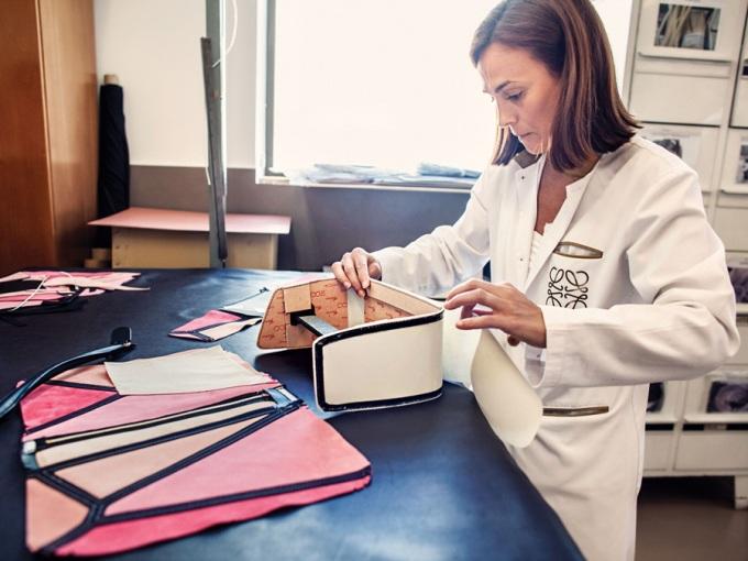 """<p class=""""Normal""""> Sự hoàn thiện và vẻ đẹp của chiếc túi Puzzle không chỉ đến từ ý tưởng ban đầu của nhà thiết kế mà còn phụ thuộc vào bàn tay khéo léo của thợ thủ công khi ráp nối. Chiếc túi<span>Puzzle thượng hạng</span>khi sử dụng có thể phồng to vuông vắn, nhưng cũng có thể xẹp lại dễ dàng như một chiếc ví cầm tay khi cần.</p>"""