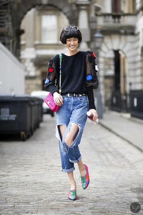 """<p class=""""Normal""""> <strong>Đi dạo, đi chơi cùng bạn bè</strong><br /><br /> Gắn với vẻ trẻ trung, quần jeans sinh ra như để chưng diện trên đường phố hay những buổi đi chơi cùng bè bạn. Thay vì chọn kiểu quần cổ điển, các cô gái hãy mạnh dạn thử nghiệm nhiều phong cách. Trong đó, jeans rách toạc gối mặc kèm áo, giày màu sắc được nhiều bạn trẻ yêu thích những năm gần đây.</p>"""